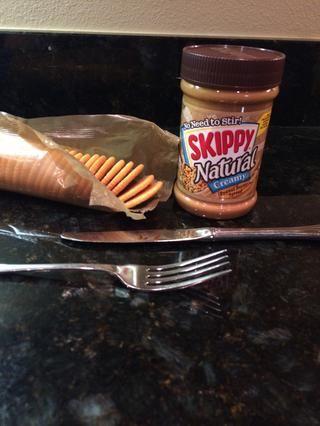 A continuación, tomar el Ritz galletas y mantequilla de maní y obtener el cuchillo listo.