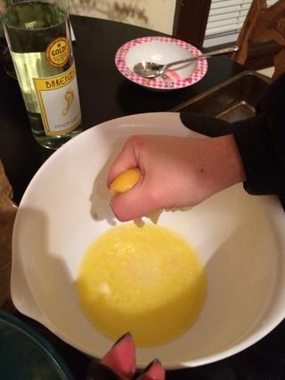 Añadir el limón y el vino de la mantequilla y mezclar