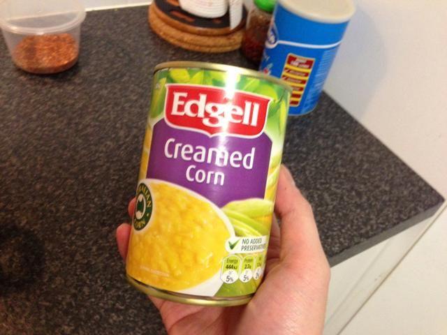 Abrir una lata grande de crema de maíz.