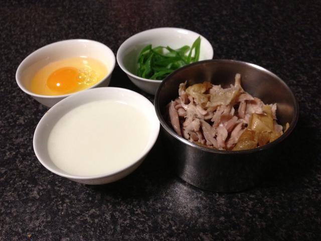 Disolver la harina de maíz con una pequeña cantidad de agua. Rip hasta una cuarta parte de un pequeño pollo asado.