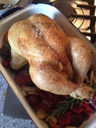 Pollo por encima de todo. De vuelta en el horno y asar el pollo 35 minutos más o hasta que el jugo de carrera claro desde el pollo.