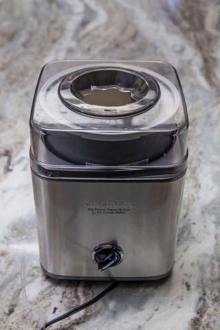 En pocas horas, cuando la mezcla de helado ha enfriado abajo, agitar de nuevo como el queso se habrá congelado un poco, y ponla en tu máquina de helados.