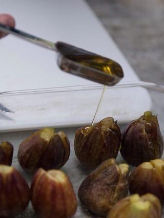 Colocar los higos en una fuente de horno a prueba de horno y les rociar con 2 cucharadas de aceite de oliva. He utilizado la variedad California oliva Arbequina rancho que tiene una gran mordida afrutado, ideal para los higos, y o helado.