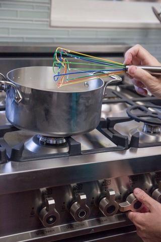 Revuelva la mezcla bien juntos y coloque la olla en la estufa a fuego lento.