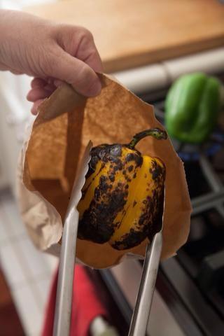 Cuando se ennegrece cada piel pimientos, colóquelo en una bolsa de papel marrón y sellarlo herméticamente. Mantenga la pimienta en la bolsa de papel sellado durante unos 10 minutos.