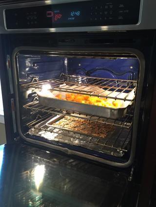 Añadir papel de pergamino a la sartén y poner calabaza en ella, a continuación, coloque la bandeja de semillas y pan de calabaza en el horno.