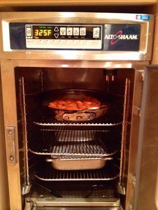 Asado en un Shaam de cocción y mantenimiento horno a 325F durante 60-90 minutos hasta que esté muy tierna. El tiempo está determinado por la cantidad de zanahorias cocidas.
