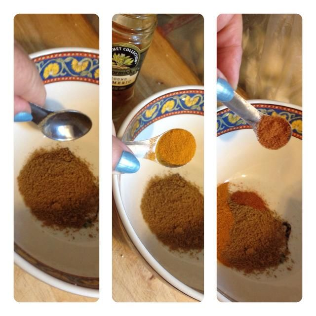 En un tazón pequeño, nos'll mix the spices - cumin, turmeric and cayenne pepper...