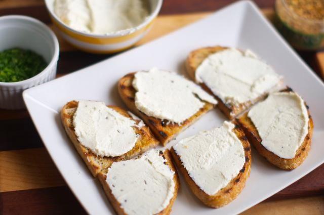 Tome su pan y rociar con un poco de aceite y espolvorear sobre una pizca de condimento francés. Grill el pan (o tostadas bajo su engorde). Deje que se enfríe y luego se extendió ricotta en él, reducido a la mitad.