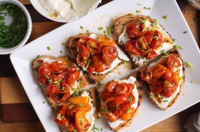 Cubra cada pieza con los tomates asados, y luego adornar con las cebolletas y prepárate para comer en uno de los mejores bocados de comida alguna vez ha tenido en su vida. En serio, lo decimos en serio, en su vida!