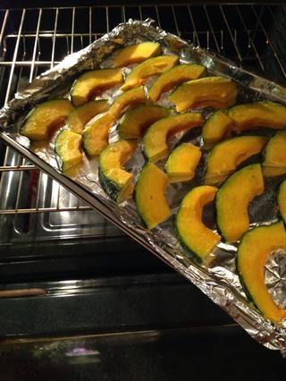 Coloque en el horno durante 30 minutos (que dan vuelta las rodajas encima en unos 15 minutos en la cocina).