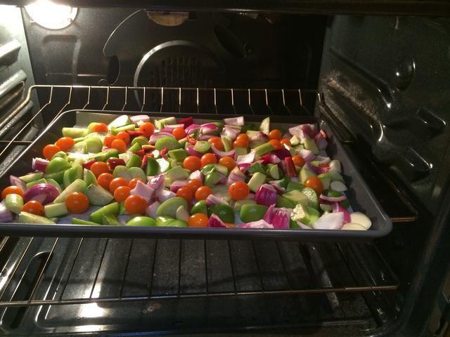 Coloque en el horno y asar hasta doradas, unos 22 minutos. Los tomates y tomatillos dará a conocer sus jugos. Revuelva de vez en cuando.