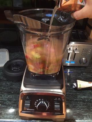 Cuando asado, retirar del horno y colocar todo el contenido de la sartén en una licuadora (jugos liberados y todos). Añadir una o dos tazas de caldo de verduras (dependiendo de qué tan grueso te gusta la sopa).