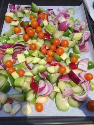 Añadir la cebolla, el jalapeño y los tomates cherry.