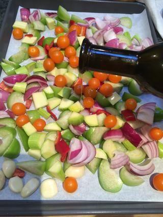 Añadir el aceite de oliva poco a poco. Revuelva bien, por lo que se recubre de manera uniforme. Añadir una pizca de sal.