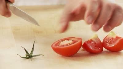 Cortar los tomates en cuartos y asegúrese de eliminar el núcleo duro blanco y cualquier greens. Coloque en un plato para hornear sin engrasar
