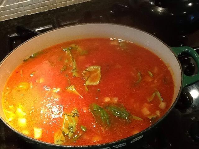 Añadir una lata de 28 onzas de puré de tomate, hojas de albahaca 3 Copas enteros, los tomates asados, 1/4 cucharadita de condimento italiano y 1/2 cucharadita de tomillo.