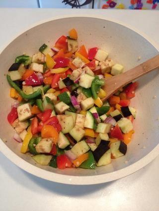 Mezclar bien, asegurándose de que todas las verduras están recubiertos con vestidor.