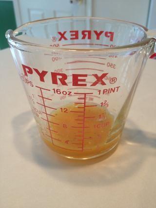 Vierta la salsa en un tazón o taza de medición separada. Utilizará esta tarde.