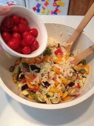 Añadir las verduras a orzo ya en un tazón para servir. Agregue los tomates.