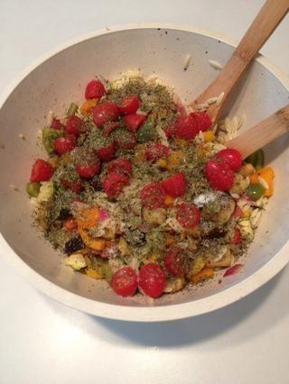 Agregue la albahaca, el perejil, la sal y la pimienta. Siéntase libre de utilizar hierbas frescas si usted los tiene disponibles (use 1 cucharada lugar de cucharadita si el uso de hierbas frescas.)