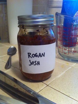 El importantísimo pasta de curry Rogan Josh. No debe confundirse con el popular pasta de Josh Groban. O Joe Rogan pegar. Esto puede ser comprados en la tienda (como Patak's) or homemade. I made Jamie Oliver's recipe
