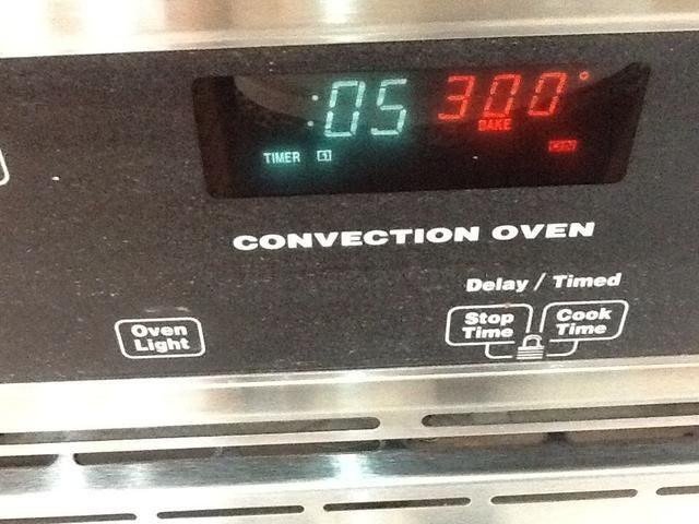 Coloque la bandeja en un horno de 300 grados precalentado durante 5 minutos.