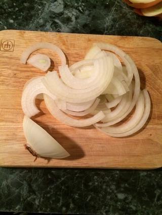 mientras que la carne se cocina voy a cortar las cebollas.