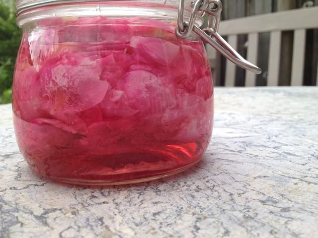 Este es el color después de un día. Rosa y encantador. El sabor de rosas todavía tienen que desarrollar durante una semana o dos.