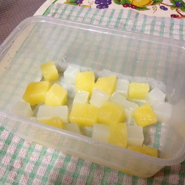 Coloca los cubos de piña y nata de coco en un recipiente (el envase o molde que llevará a cabo la gelatina).