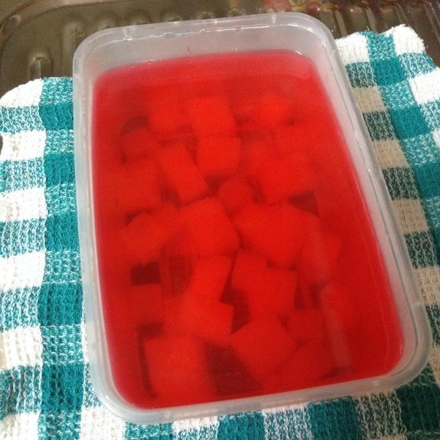 Deje que la mezcla de jalea y los cubos se calmen y dejar que se enfríe un poco antes de colocarlo en el refrigerador.