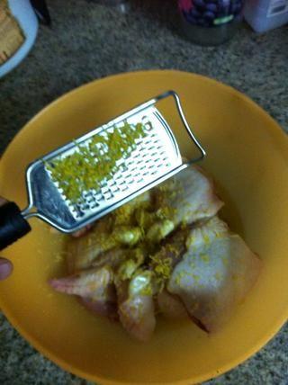 Zest los limones sobre el pollo