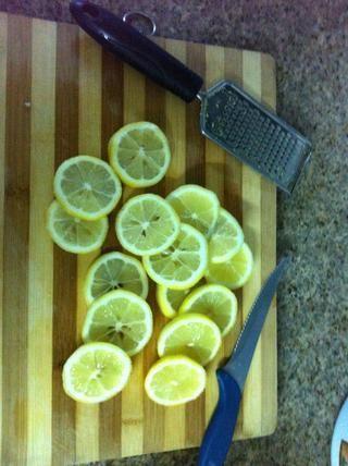 Cortar los limones, pasar un poco de tiempo extra para eliminar las semillas