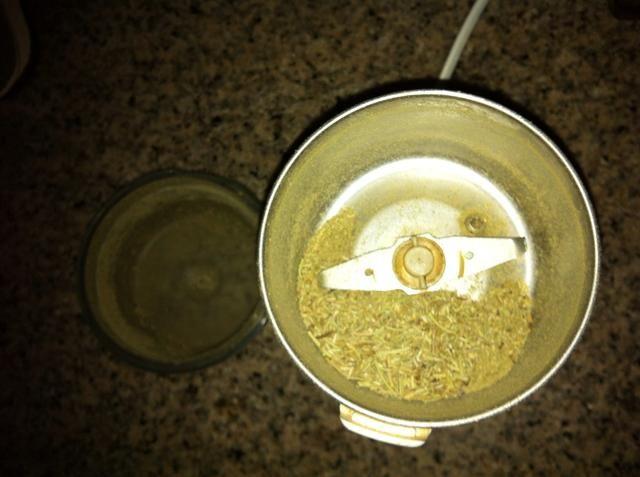 Moler el romero seco en un molinillo de especias. Lo mantuve un poco grueso. Si el uso de romero fresco, simplemente picar finamente la misma.
