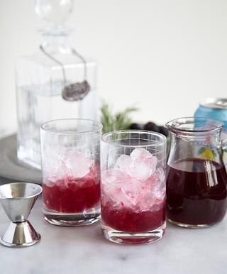 Añadir 1 1/2 onza de jarabe de mora romero. (Ver al final de la guía para la receta de jarabe.)