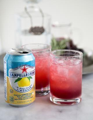 Añadir 3 onzas de limonata o cualquier refresco de limón con gas. Si don't want fizz, you can also use lemonade. Stir to combine drink.