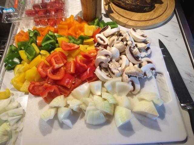 Esperé un poco antes de empezar a cortar las verduras. Picarlas aproximadamente el mismo tamaño que el pollo. Yo hice la mía rápidamente para que luzcan descuidado!
