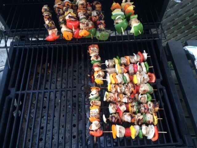 Empezar a cocinar los kebabs. Yo les cocinaba para unos 10-15 minutos dependiendo del calor. Convirtiéndolos cada pocos minutos, por lo que no se queme.