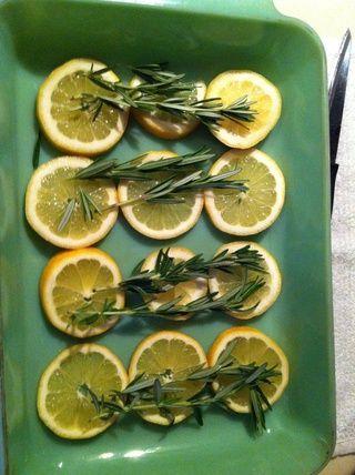 Coloque una ramita de romero en la parte superior de rodajas de limón.