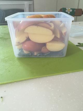 Verter los dos ingredientes en un recipiente.
