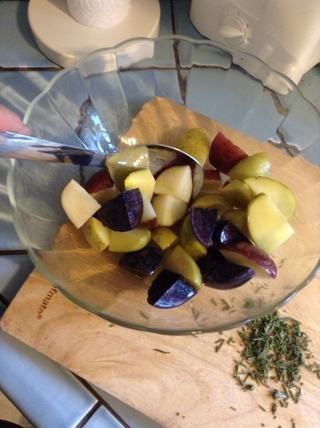 Mezclar bien para asegurarse de que todas las patatas están cubiertos con el aceite de oliva.