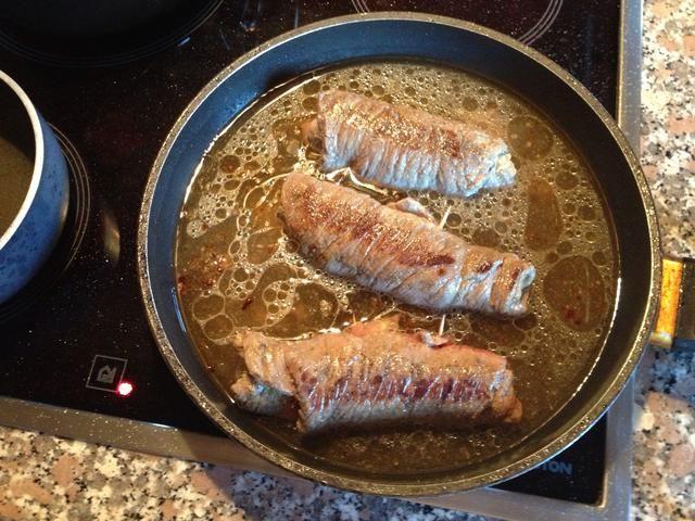 Una vez dorados añadir agua suficiente para cubrir la parte inferior de su carne ... Baje el fuego a fuego lento ...