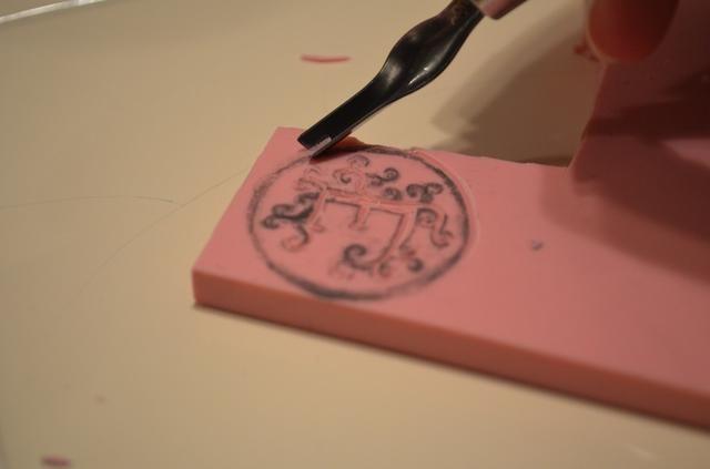 Al cortar el contorno de borde, cambiar a un cortador más profundo (número 2 o 3). Trate de no parar cuando usted está haciendo un corte para que se vea limpia.