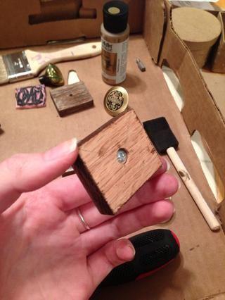 Inserte el tornillo y gire la manija en el otro extremo. Don't screw it up. Heh heh. Heh.