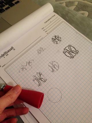 En primer lugar, esbozar algunos diseños diferentes. Utilicé el final de la cortadora speedball para conseguir un buen círculo.