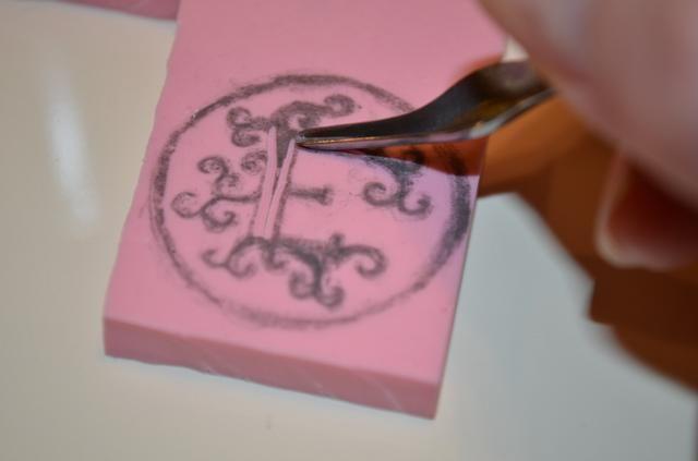 Comience con la hoja más pequeña. Cualquier cosa que cortar no recoger tinta. Cortar los lados de las grandes secciones.