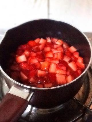 DÍA 2: Coloque las fresas marinadas en la olla y hervir durante un minuto.