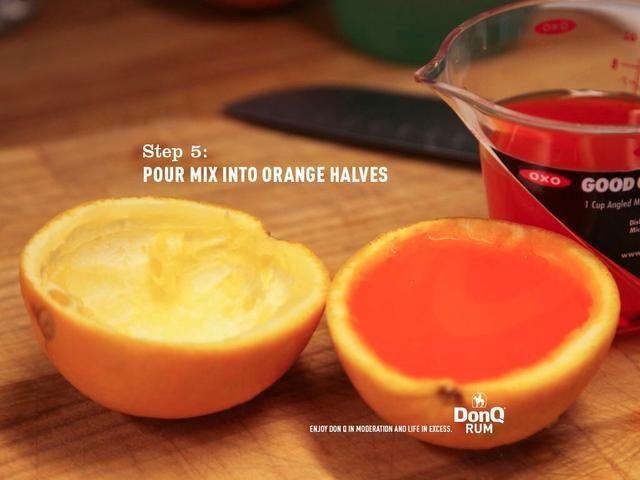 Vierta la mezcla en dos mitades de naranja. Refrigere durante aproximadamente 3-4 horas, o hasta que esté firme.