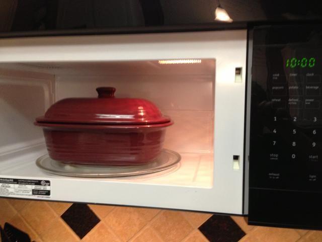 Coloque la tapa sobre microondas profundo cubierto Baker y configurar. Establezca el tiempo de cocción durante 10 minutos en alta. .