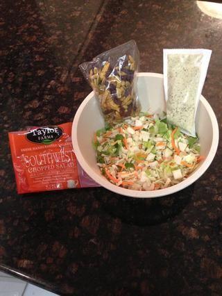 Mientras tanto, preparar la ensalada. 1 Bolsa suroeste Chopped Salad. Encuentra en sección de productos de la tienda de comestibles ($ 3,99). CEO con todos los acompañamientos.